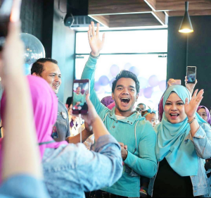 alif-satar-selamanya-cinta-suri-hati-mr-pilot-official-launch-sign-card-fattah-amin-neelofa-warda-ejaz-surprise-birthday-party-anniversary