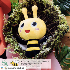 niena-baharun-honeybee-teman-pengganti-sayangku-kapten-mukhriz-raja-afiq-bumble-bee-theme-yellow-black-malaysia-party-event-planner-plush-toy-sewa-dulang